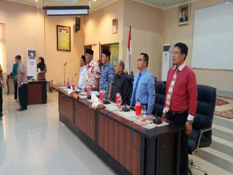 Asisten II Pemkab Sergei Kaharuddin mengenakan kupiah dan batik berwarna biru bersama civitas akademik STIT Alhikmah Tebingtinggi mengenakan jas hitam dan saat melepas KKL